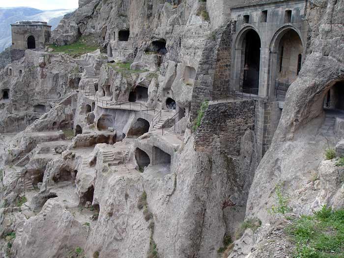 дом вырубленный в скале